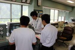 機器の操作説明を受ける生徒