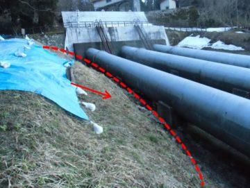 発電所導水管基礎部分に亀裂発生