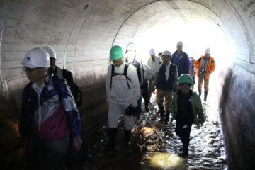 川上繰穴隧道(トンネル水路)の内部の見学1